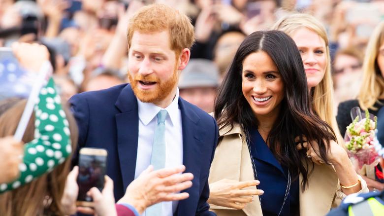 Prins Harry og Meghan vandrer i mengden