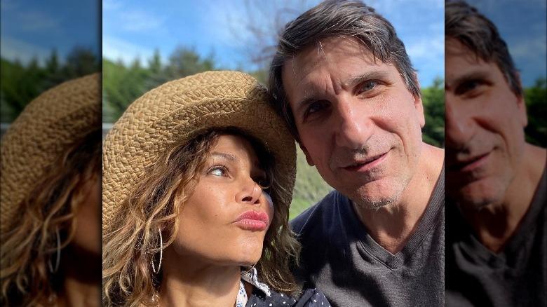 Daphne Rubin-Vega, ser på ektemannen Tommy Costanzo, gjør det kyssende ansiktet, iført hatt, Memorial Day 2020, Tommy Costanzo smiler, ser på kameraet
