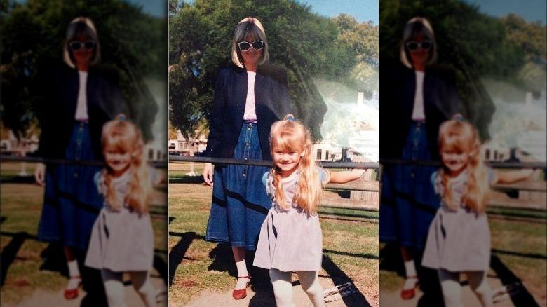 Yvonne Strahovski smilte som barn sammen med moren