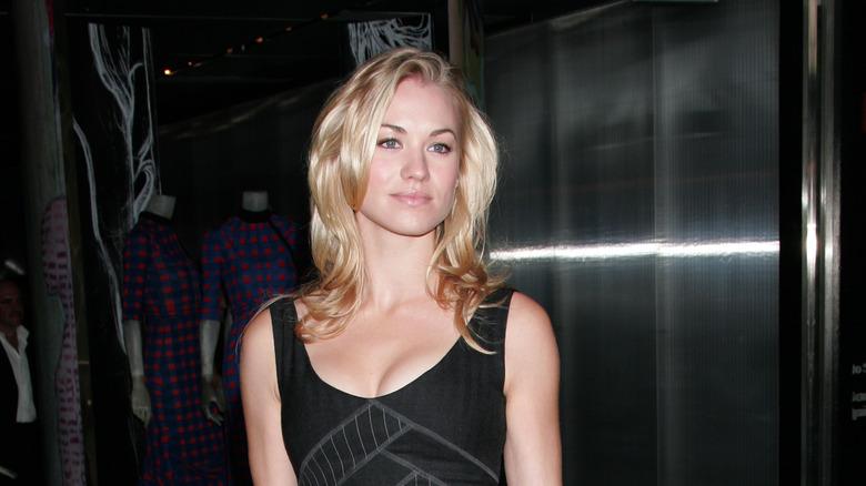 Yvonne Strahovski poserer i en svart kjole