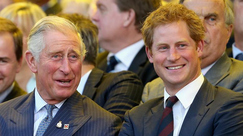 Prins Charles og prins Harry smiler