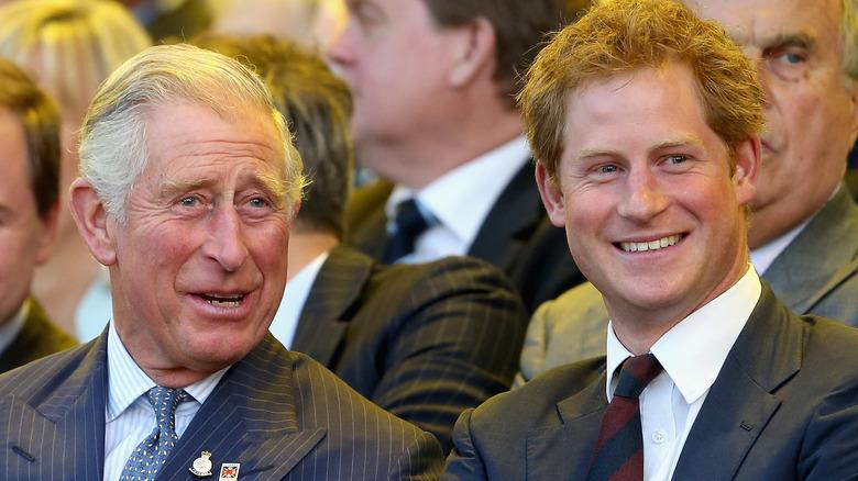 Charles omfavner Harry