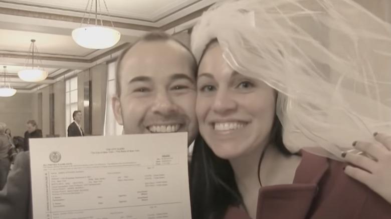 James Murray og Jenna Vulcano med vigselsattest