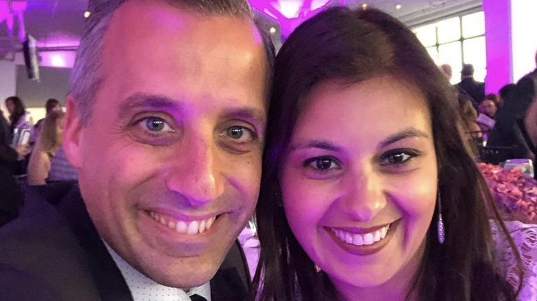 Joe Gatto og Bessy Gatto smiler for en selfie under et arrangement