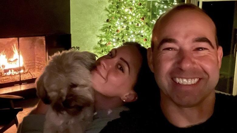 James Murray og Melyssa Davies smiler til jul med hunden Penny