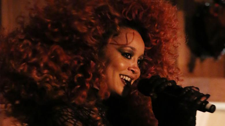 Jillian Hervey synger med Lion Babe