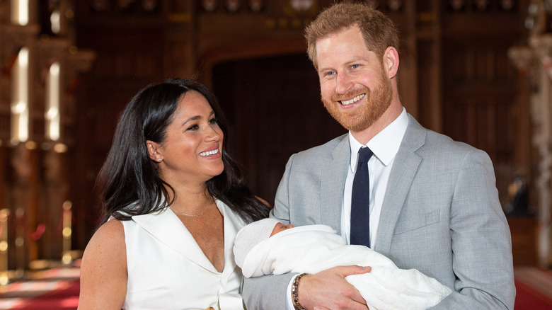 Meghan Markle og prins Harry smiler med sønnen Archie