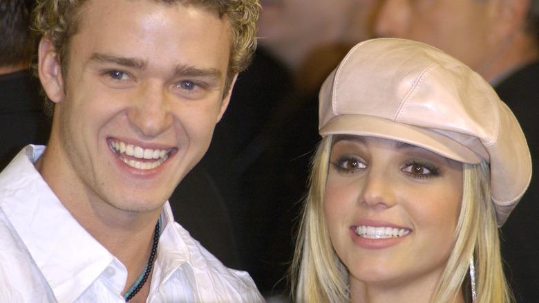 Justin Timberlake smiler sammen med Britney Spears på et arrangement
