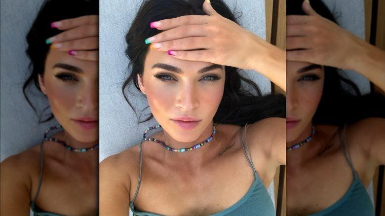 Megan Fox med regnbuefargede negler