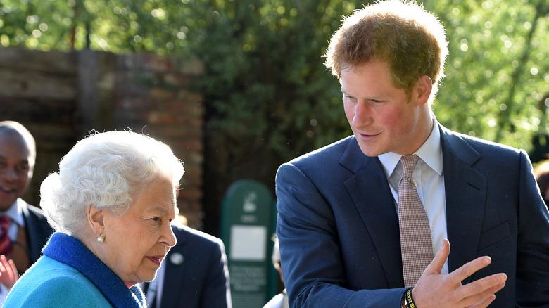 Dronning Elizabeth og prins Harry poserer
