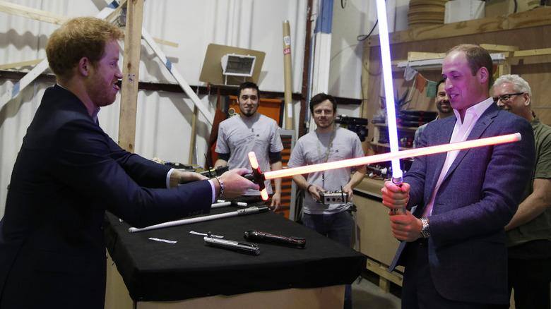 Prins Harry og prins William sparrer med lyssverd