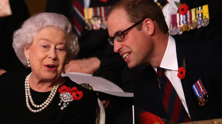 Dronning Elizabeth og prins William prater
