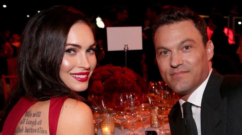 Megan Fox og Brian Austin Green sitter ved et bord