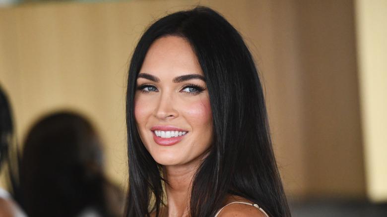Megan Fox smilende og så til siden