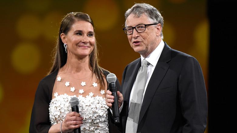 Melinda og Bill Gates holder mikrofoner.