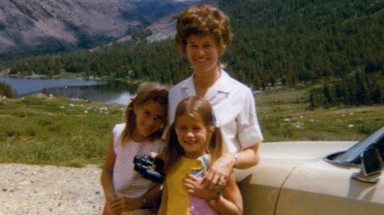En ung Melinda Gates med søsteren og moren
