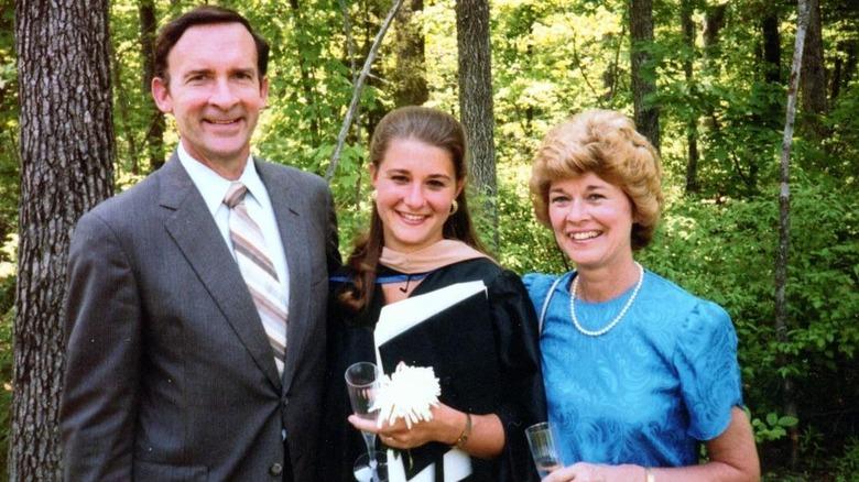 En ung Melinda Gates ved eksamen med foreldrene