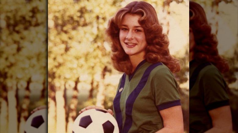 Melinda Gates poserer med fotball