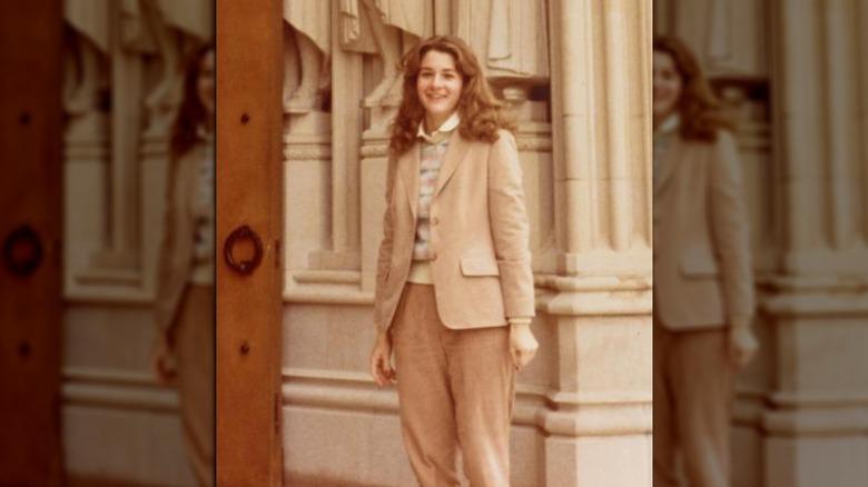 En ung Melinda Gates foran pilarer og statuer