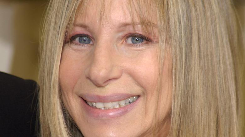 Barbra Streisand på rød løper, smilende