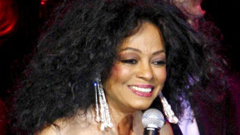 Diana Ross på scenen, smilende