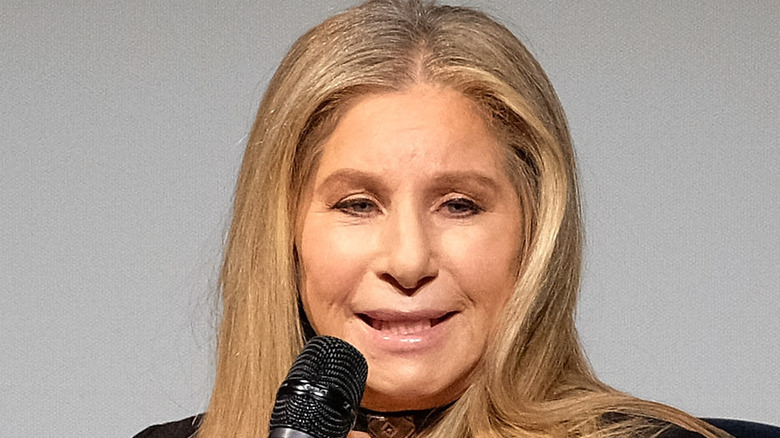 Barbra Streisand med mikrofon i hånden, snakker
