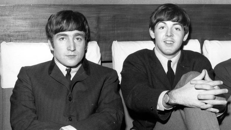 Paul McCartney og John Lennon, begge sittende