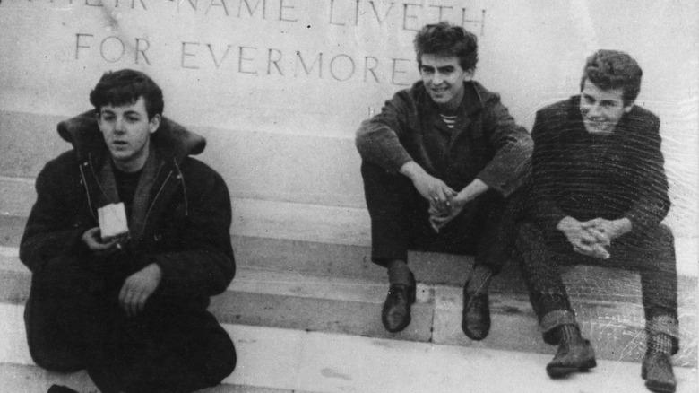 Paul McCartney satt sammen med Pete Best og George Harrison