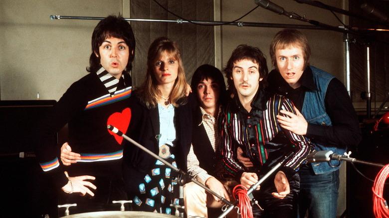 Paul McCartney, Linda McCartney, Jimmy McCulloch, Denny Laine og Geoff Britton poserer