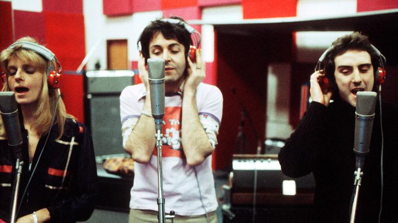 Paul McCartney, Linda McCartney og Denny Laine, alle synger