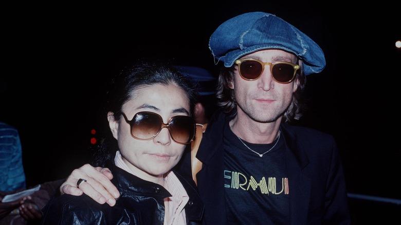 John Lennon og Yoko Ono, arm i arm