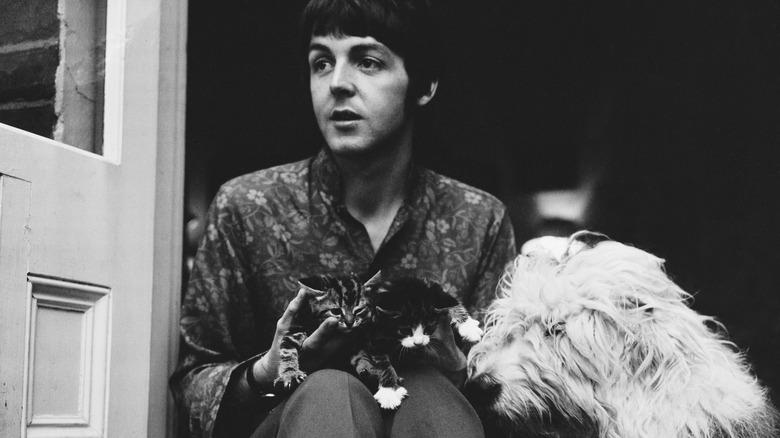 Paul McCartney med hunden sin Martha og to katter