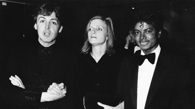 Paul McCartney, Michael Jackson og Linda McCartney, alle poserer