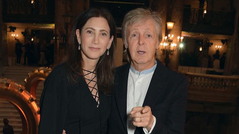 Paul McCartney og Nancy Shevell, begge smilende mot kameraer