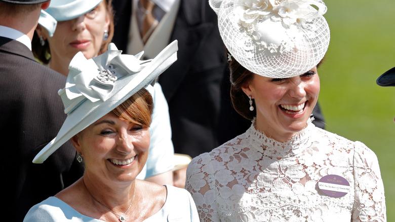 Kate og Carole Middleton ler sammen.