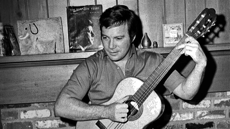 William Shatner spiller gitar