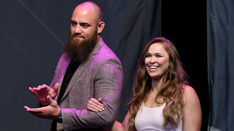 Ronda Rousey og Travis Browne smiler