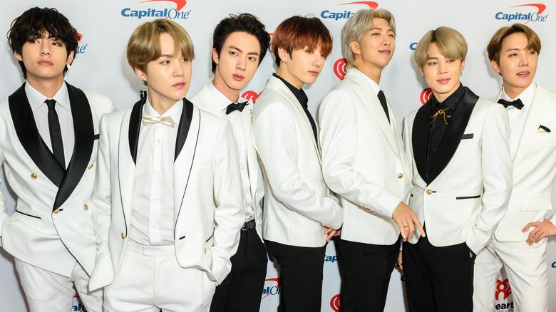 BTS poserer i hvite smoking