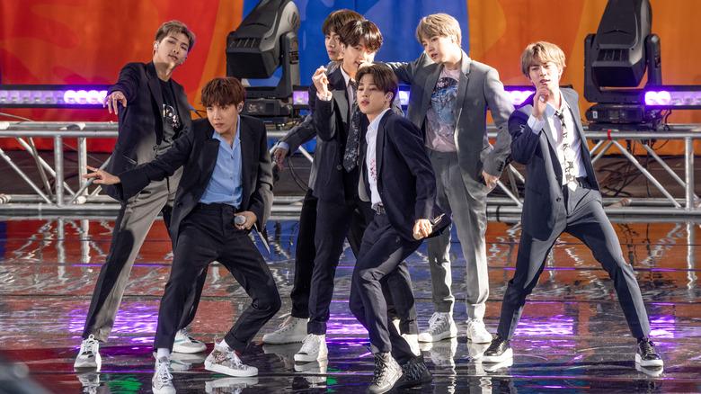 BTS opptrer på scenen