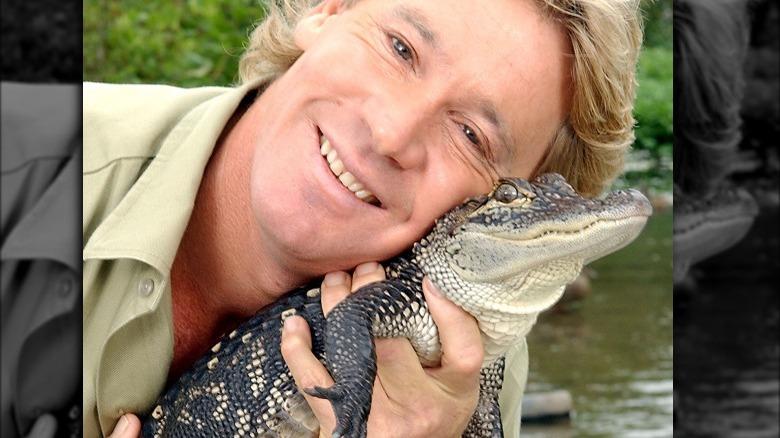 Steve Irwin holder babykrokodille i ansiktet