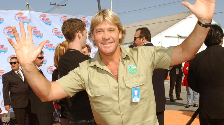 Steve Irwin med hendene i været