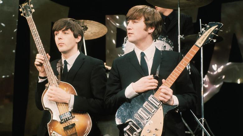 Paul McCartney og John Lennon med gitarene sine.