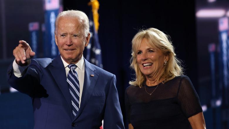 Joe Biden reagerer på scenen sammen med kona Jill Biden