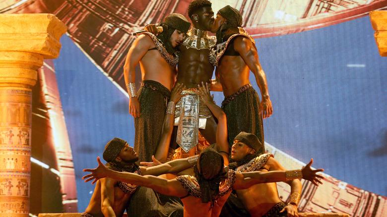 Lil Nas X kysser sin reservedanser ved 2021 BET Awards