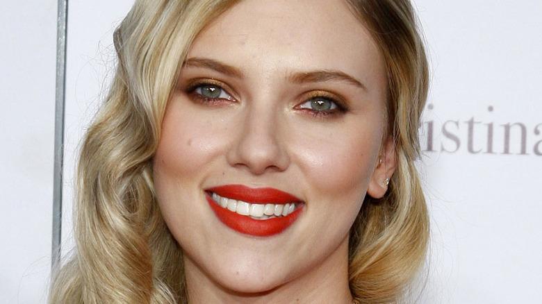 Scarlett Johansson smiler på den røde løperen