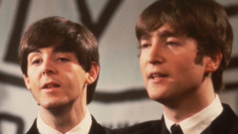 Paul McCartney og John Lennon synger