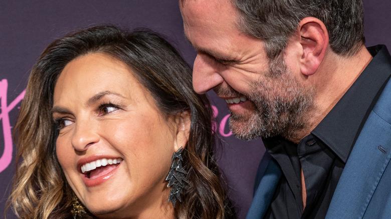 Mariska Hargitay og Peter Hermann ler sammen