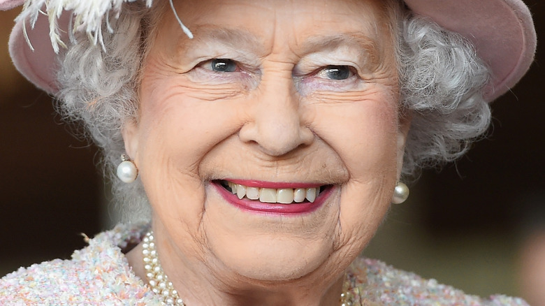 Dronning Elizabeth iført rosa hatt