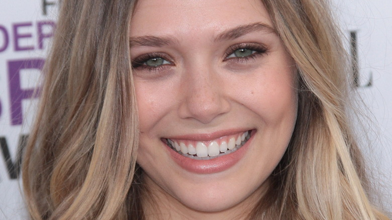 Elizabeth Olsen smilende