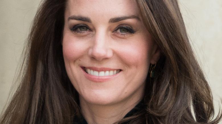 Kate Middleton smiler mot kameraet